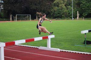 Louisa Martin schafft DM-Qualifikation im Hindernislauf